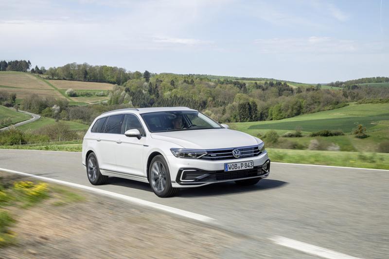 Nowy Passat Variant GTE ma moc 218 KM (160 kW) i według procedury WLTP jest w stanie przejechać 56 km korzystając wyłącznie z energii elektrycznej.