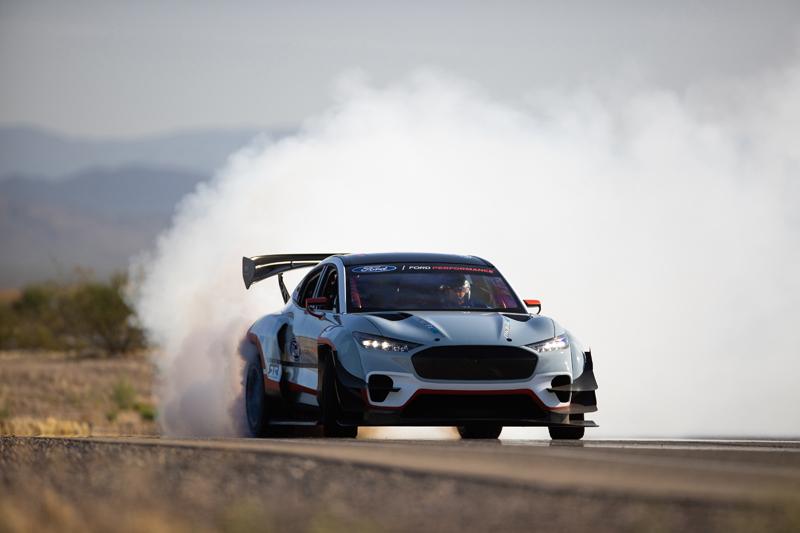 Ford: 1419 KM i palenie opon bez kropli paliwa, elemoto.pl