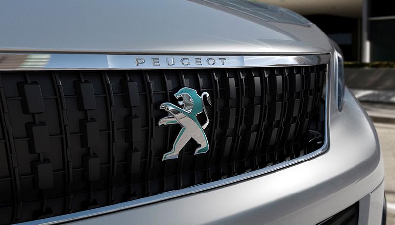 Połyskujące logo lwa z kolorowymi akcentami zmienia odcień w zależności od kąta patrzenia. Umieszczono je i z przodu i z tyłu pojazdu.