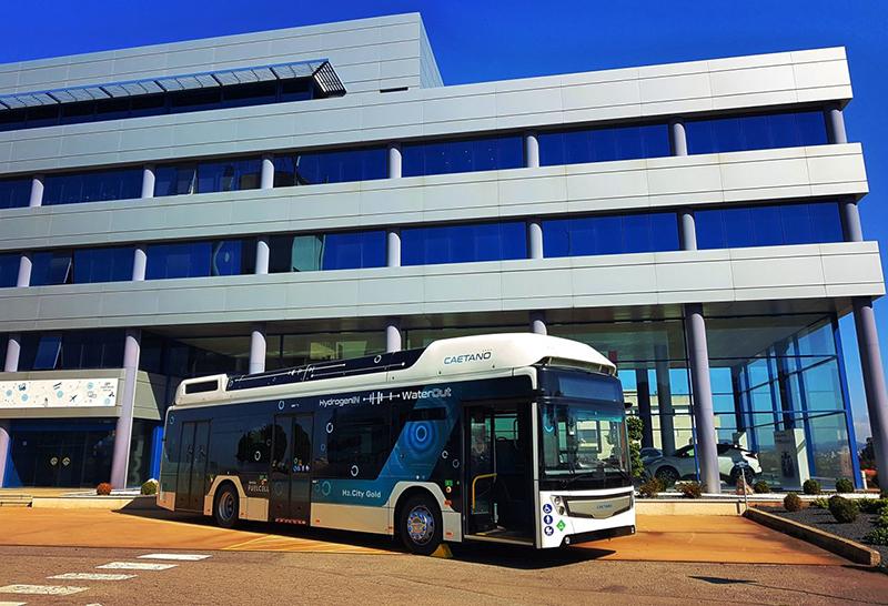 Do sprzedaży trafiły już miejskie autobusy Toyoty i portugalskiego producenta CaetanoBus, wyposażone w napędy na ogniwa paliwowe japońskiej firmy.
