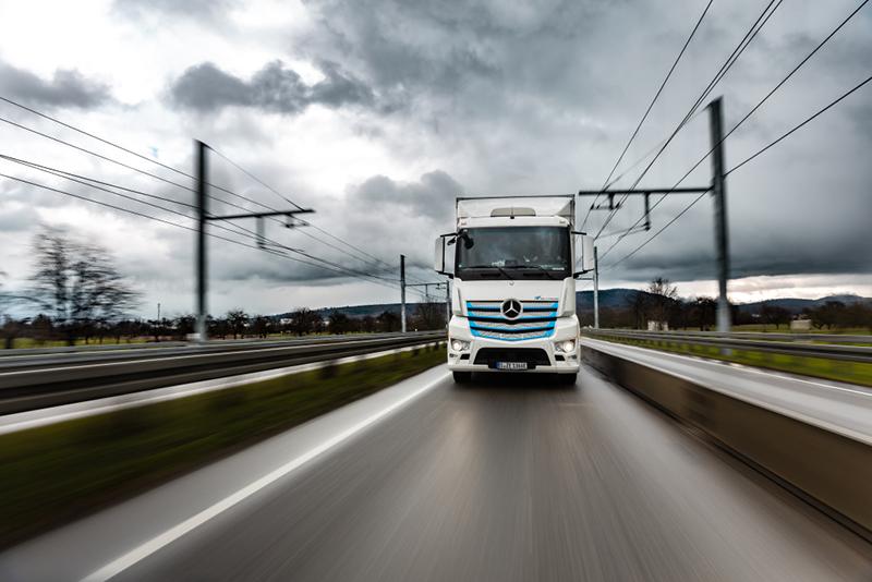 Daimler nie planuje produkcji ciężarówek zasilanych z napowietrznych linii trakcyjnych. Koncentruje się na napędzie akumulatorowym i wodorowych ogniwach paliwowych.