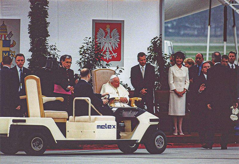 Oprócz golfistów Melexy woziły też sportowców, polityków i papieży. Na zdjęciu jeden z najsłynniejszych pasażerów mieleckiego pojazdu – papież Jan Paweł II.
